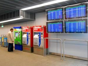 автоматы по продаже билетов на поезд экспресс в аэропорту Варшавы