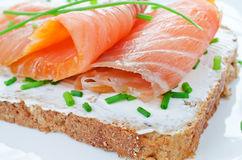 бутерброды с лососем и зеленью