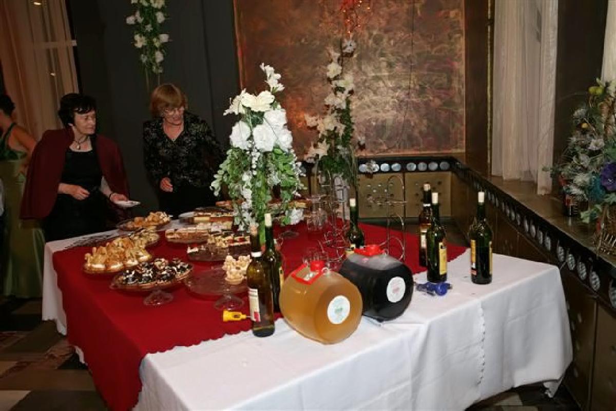 праздничный стол с угощениями