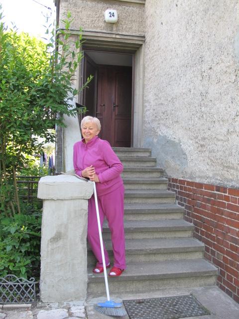 польская пенсионерка - хозяйка в доме