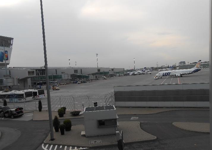 самолет авиакомпании LOT на летном поле в аэропорту Варшавы