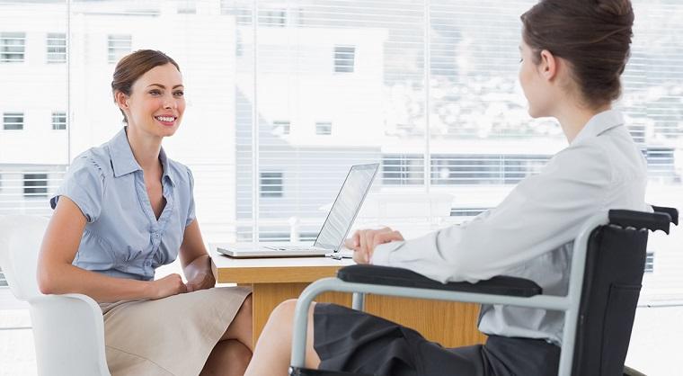 девушка - сотрудница офиса в инвалидном кресле