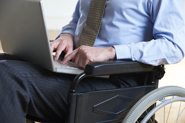 инвалид с компьютером