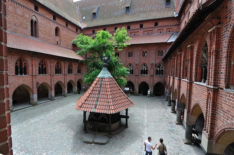 внутренний дворик замка в Мальборке
